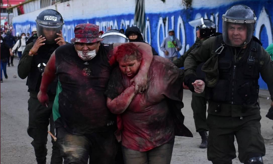 A polícia resgata a prefeita de Tinto, Patricia Arce Guzman, após ter sido agredida e humilhada por opositores em confrontos violentos Foto: DANIEL JAMES - LOS TIEMPOS BOLIV / LOS TIEMPOS BOLIVIA/ via REUTERS