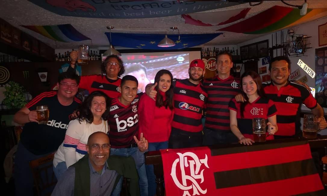 Torcedores do Flamengo que residem em Lima assistem aos jogos da Libertadores em bares da cidade Foto: Reprodução