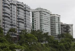 Prédios da Avenida Engenheiro Martins Romeo, na Boa Viagem: bairro tem um dos IPTUs mais altos da cidade Foto: Fábio Guimarães / Agência O Globo
