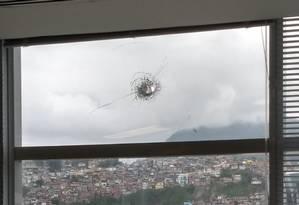 Funcionário da Cedae ficou ferido após bala perdida atravessar janela Foto: WhatsApp do EXTRA / Reprodução