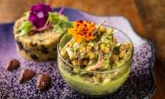 .Org. .Ceviche vegetariano com cogumelos, milho, tomate, leite de tigre de coentro e crocante de tapioca com algas Foto: Tomas Rangel / Divulgação