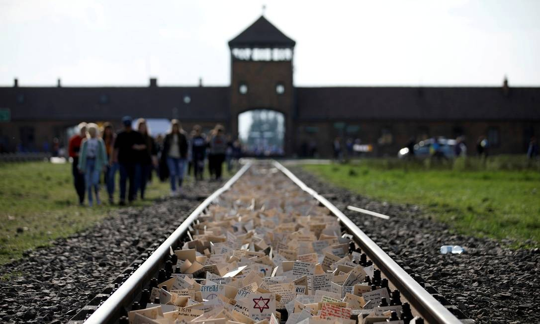 Pessoas participam de evento anual para marcar o Holocausto no antigo campo de concentração nazista de Auschwitz, na Polônia Foto: Kacper Pempel / REUTERS