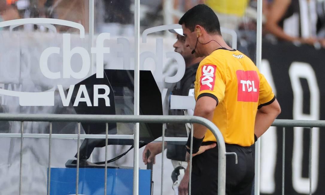 Árbitro checa imagem na cabine do VAR Foto: Sergio Moraes / Reuters