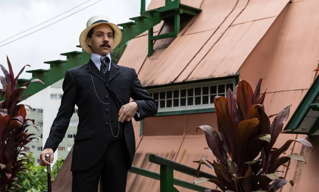 O ator João Pedro Zappa como o aviador Alberto Santos Dumont na série da HBO Foto: Ique Esteves / Divulgação