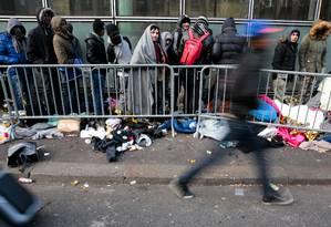Refugiados e migrantes em fila para recepção em centro em Villette, Norte de Paris Foto: GEOFFROY VAN DER HASSELT / AFP/26-01-2017