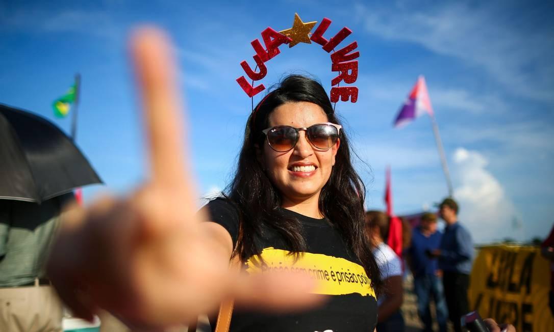 """Apoiadora do ex-presidente Luiz Inácio Lula da Silva usa um arco com a inscrição """"Lula Livre"""" durante uma manifestação pacífica do lado de fora do Supremo Tribunal Federal (STF), em Brasília. Ministros retomaram nesta quinta-feira (7) o julgamento sobre prisão após condenação em 2ª instância. Decisão pode resultar na libertação de Lula, que cumpre oito anos e 10 meses de prisão por corrupção Foto: SERGIO LIMA / AFP"""