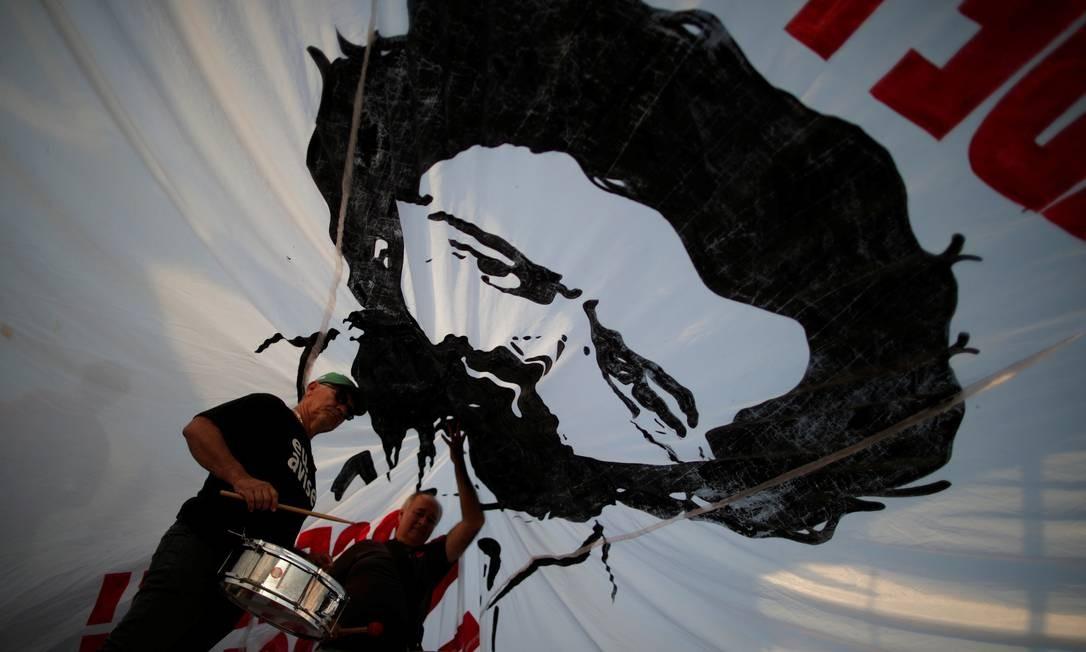Manifestantes a favor do ex-presidente Lula protestam diante do STF Foto: Ueslei Marcelino / Reuters