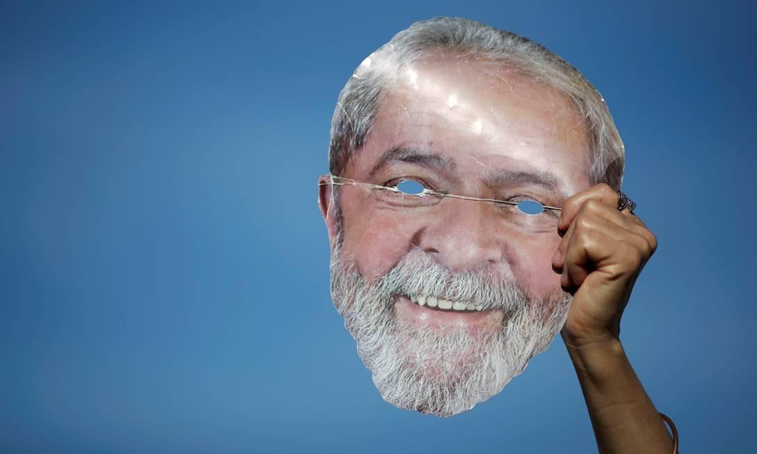 Manifestantes exibe uma máscara com rosto de Lula para protestar contra a possível libertação do ex-presidente Foto: Ueslei Marcelino / REUTERS