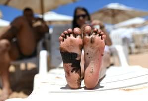 Banhista mostra pé sujo de óleo na Bahia Foto: Lucas Landau / REUTERS