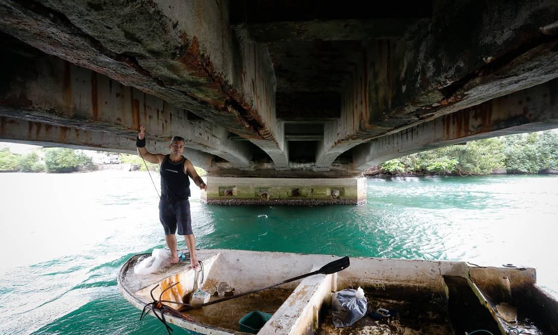 Na Ponte Velha da Joatinga, na Barra da Tijuca, a estrutura está bastante corroída, e as placas de concreto ameaçam despencar: pelo local, passam barcos e usuários de jet ski Foto: Pablo Jacob / Agência O Globo