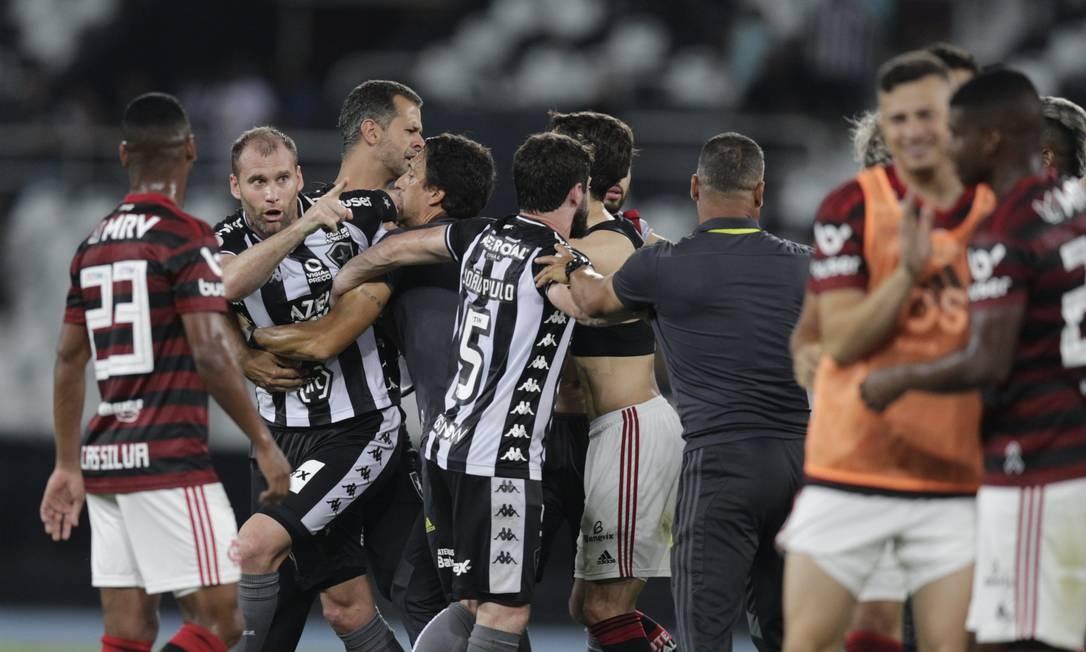 Houve discussão entre jogadores dentro de campo também Foto: Alexandre Cassiano / Agência O Globo