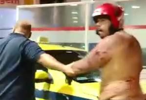 Jonathan, de capacete, sendo levado para o hospital Foto: Reprodução/ Redes Sociais
