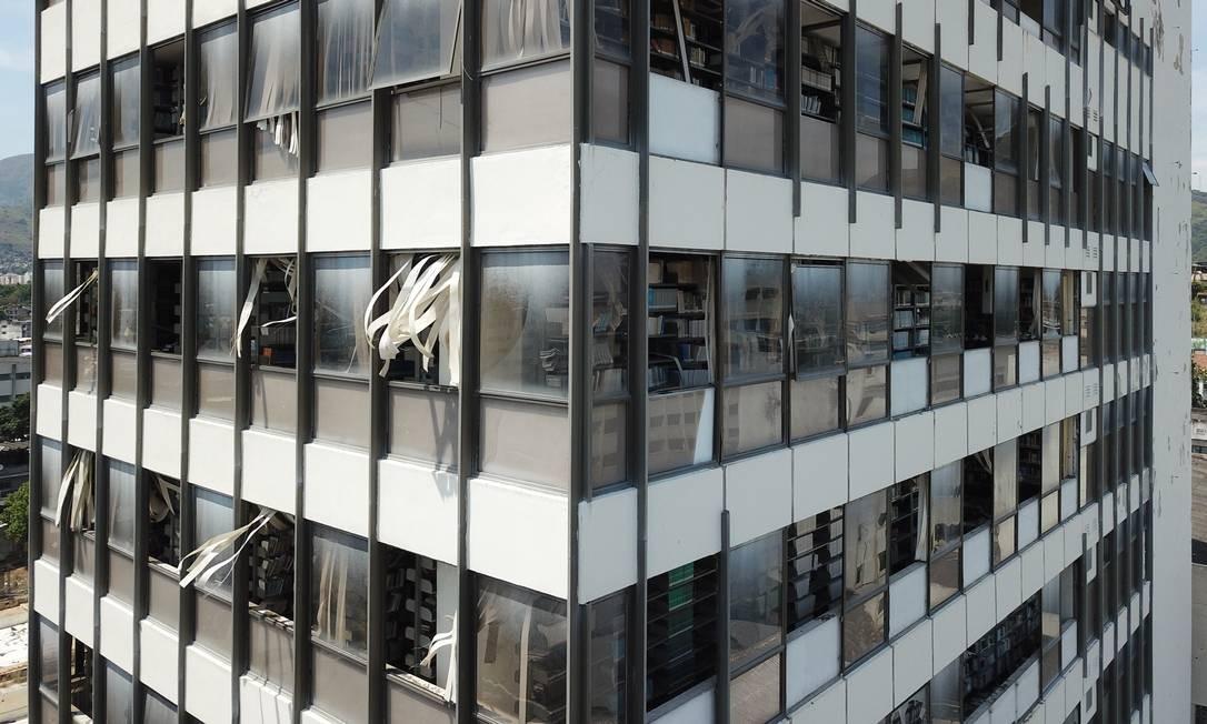 Saques são constantes ao imóvel abandonado em 2014, após descredenciamento da instituição pelo Ministério da Educação (MEC) Foto: Custódio Coimbra / Agência O Globo