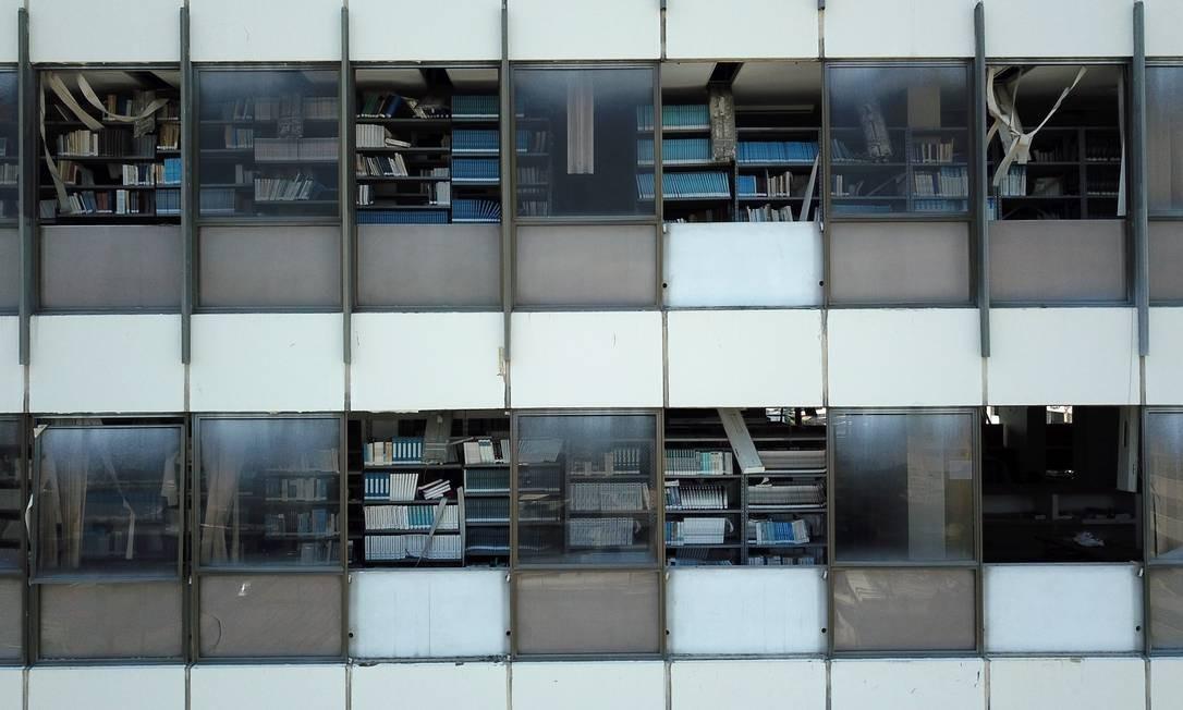 O vazio que se vê nas instalações se reproduz na vizinhança Foto: Custódio Coimbra / Agência O Globo