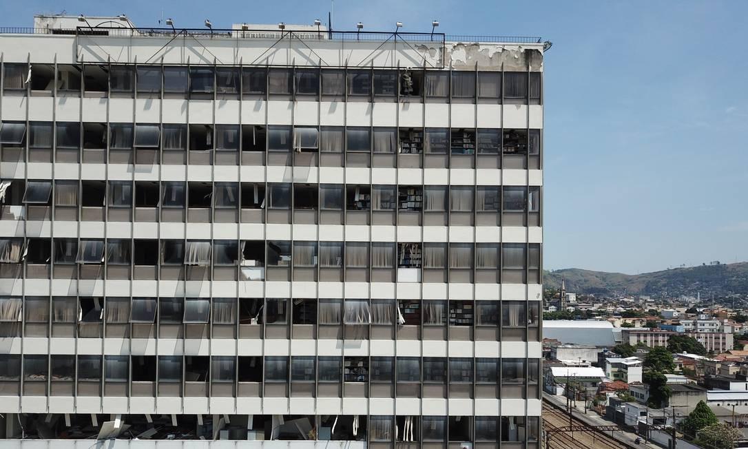 Edifício fantasma: Janelas saqueadas e um grande vazio no coração de Piedade, bairro da Zona Norte do Rio, que cresceu ao redor da Universidade Gama Filho, fundada em 1951 Foto: Custódio Coimbra / Agência O Globo