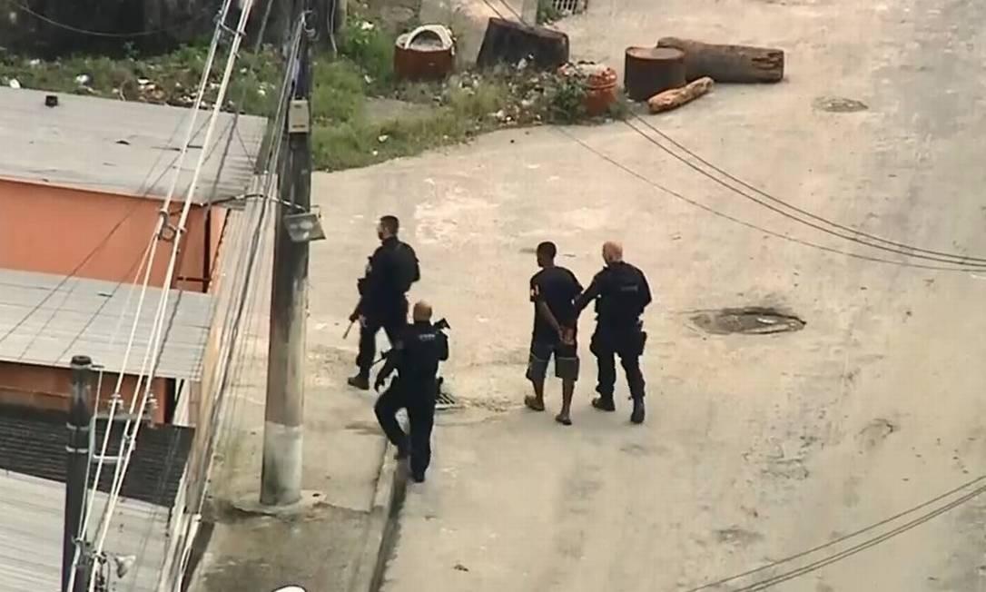 Operação acontece em três bairros de Duque de Caxias Foto: Reprodução/TV Globo