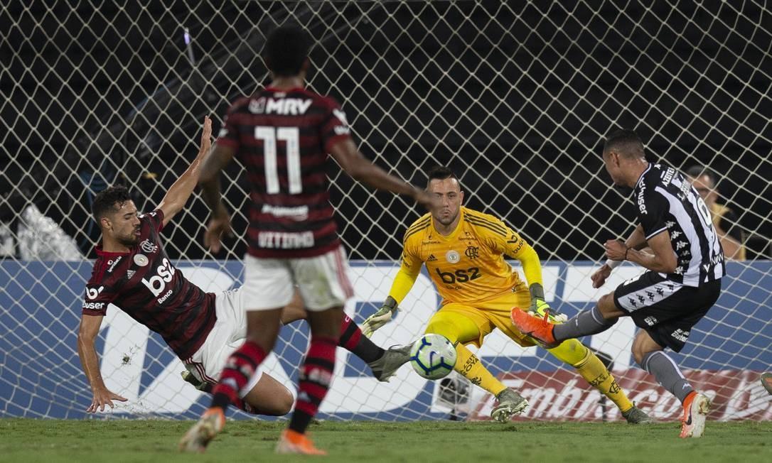 Pablo Marí bloqueia finalização de Luiz Fernando cara a cara com Diego Alves Foto: Alexandre Cassiano