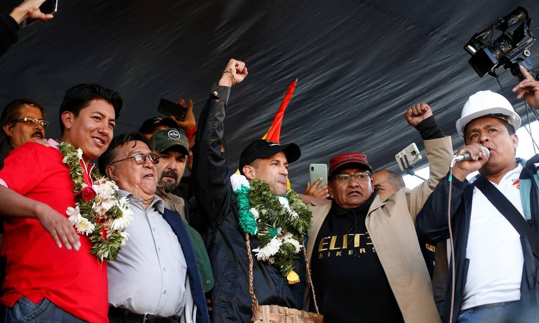 Luis Fernando Camacho dicursa ao lado de outras lideranças civis em La Paz Foto: DAVID MERCADO / REUTERS
