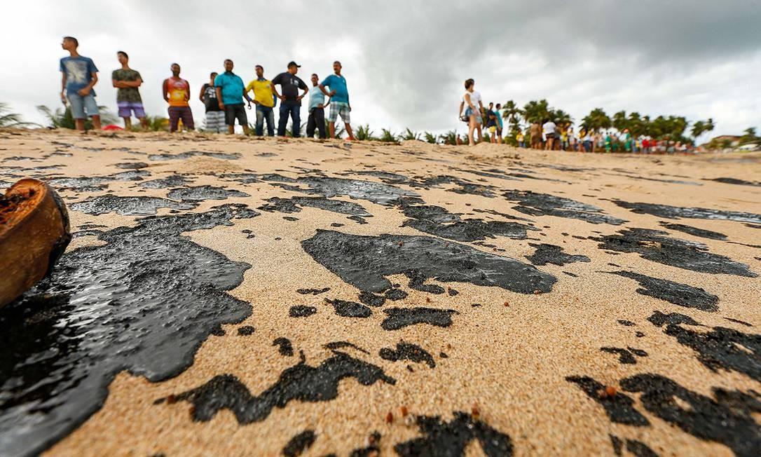 Óleo derramado chega até a Costa dos Corais, em Alagoas Foto: Felipe Brasil / Agência O Globo