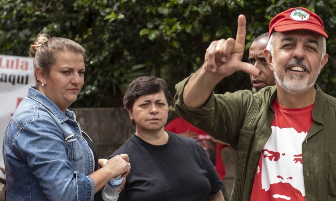 """Gesto feito desde a primeira campanha presidencial, pedia """"Lula lá"""" na presidência. Hoje, pede """"Lula Livre"""" da prisão Foto: Marcelo Andrade / Agência O Globo"""