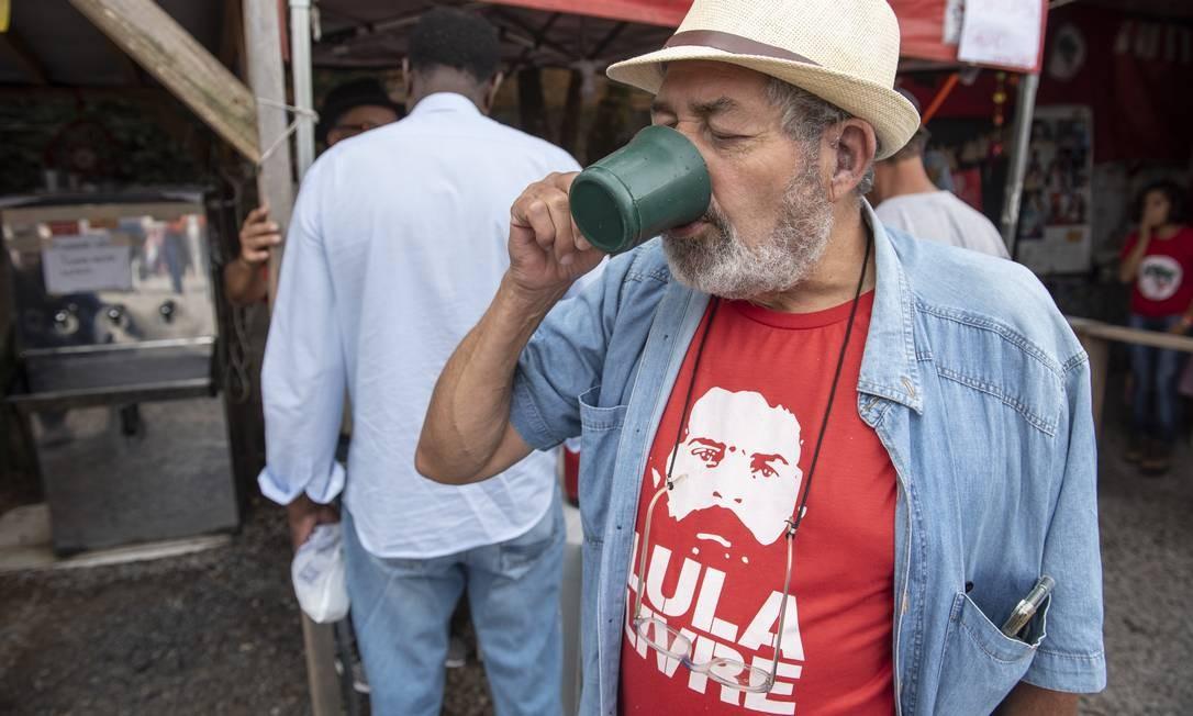 Apoiadores de Lula vivem a expectativa de vê-lo solto hoje, depois de nova decisão do Supremo Tribunal Federal (STF) sobre prisão em segunda instância Foto: Marcelo Andrade / Agência O Globo