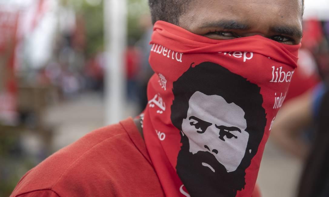 Foto estilizada de quando Lula foi preso durante a ditadura militar é usada como símbolo por seus apoiadores Foto: Marcelo Andrade / Agência O Globo
