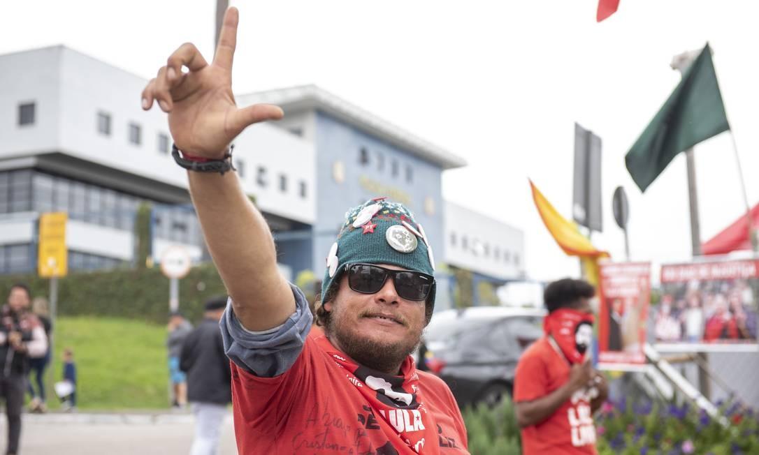 Possibilidade de saída da prisão do Ex-Presidente Lula aumenta a movimentação da frente da Sede da Polícia Federal Foto: Marcelo Andrade / Agência O Globo