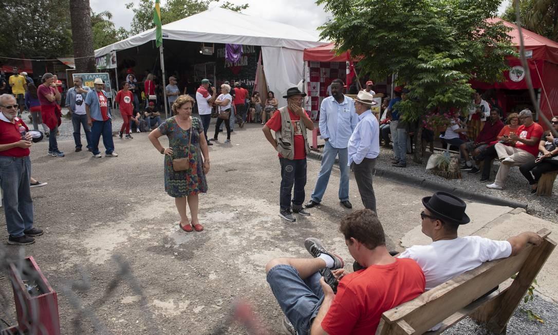 """Acampamento """"Lula Livre"""" montado em frente à sede da Polícia Federal, onde o ex-presidente está preso desde abril do ano passado Foto: Marcelo Andrade / Agência O Globo"""