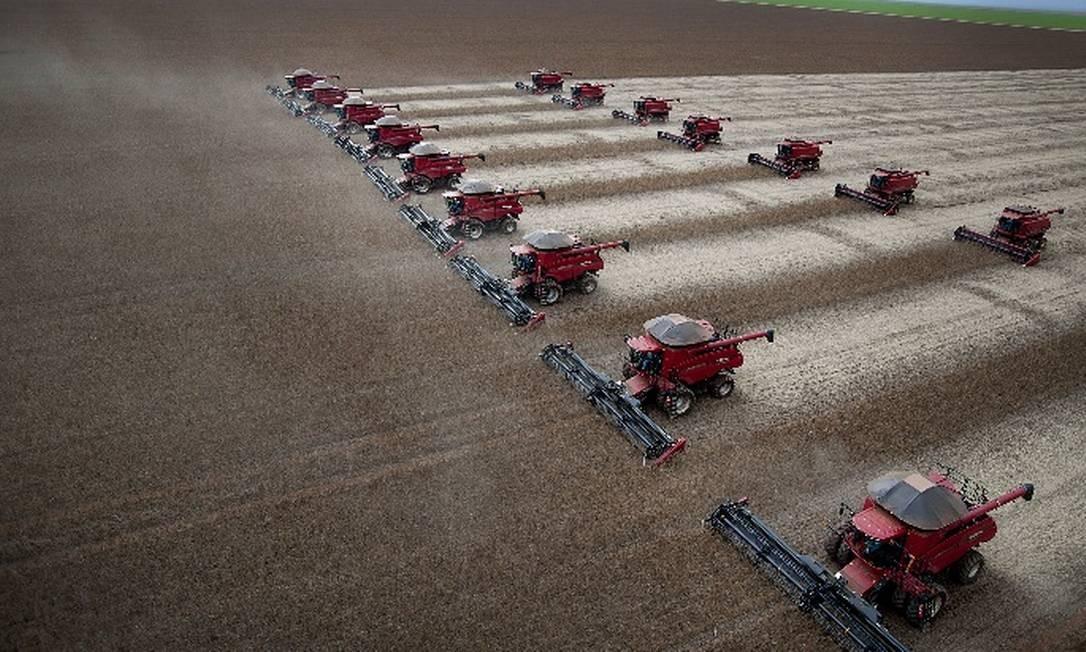 Colheita de soja em fazenda do Mato Grosso do Sul: atividades associadas à cadeia do agronegócio, como o comércio e o transporte de grãos, contribuíram para impulsionar atividade econômica no Centro Oeste Foto: Bloomberg News