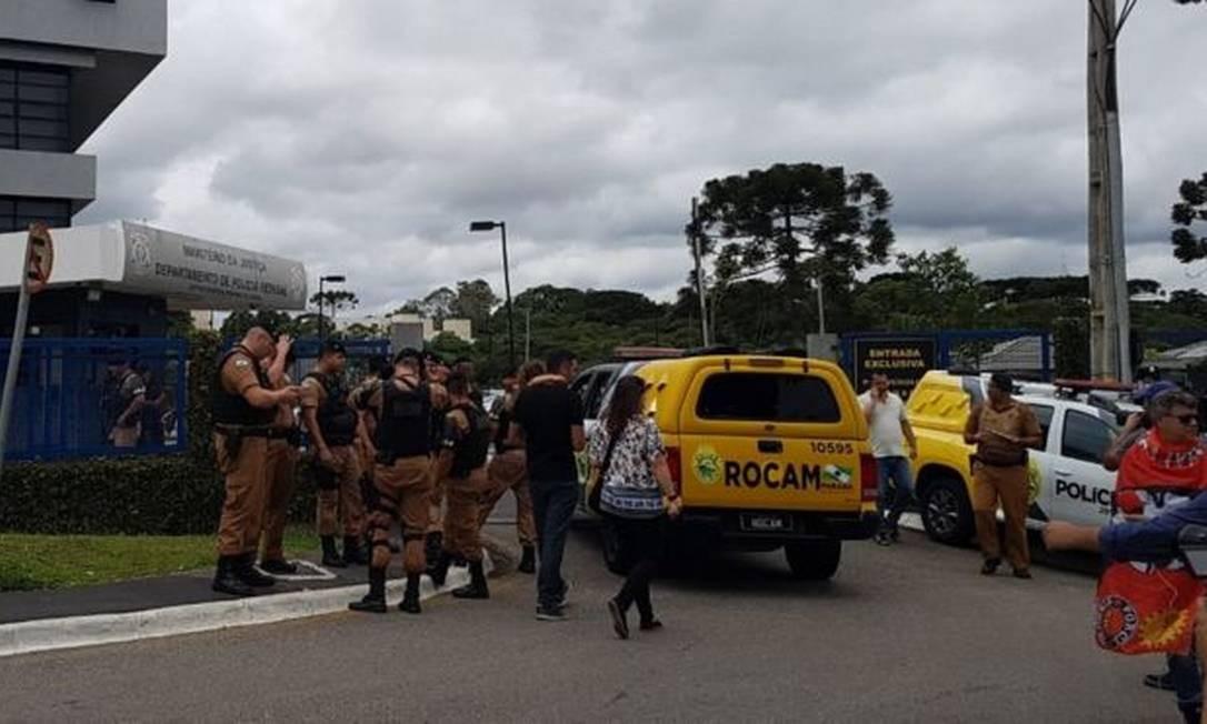 Reforço da segurança diante da PF em Curitiba, ante a possibilidade de soltura de Lula Foto: BBC