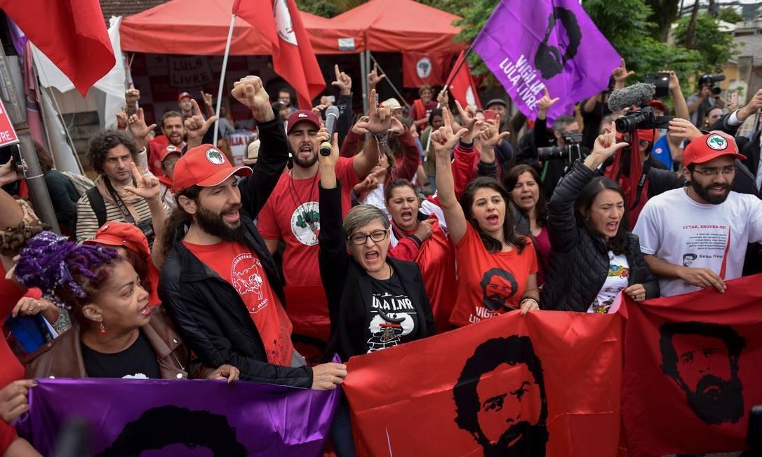 Apoiadores do ex-presidente Lula se concentram nesta sexta-feira (8) em frente à sede da Polícia Federal em Curitiba para comemorar a decisão do Supremo. Saída do líder esquerdista é aguardada Foto: HENRY MILLEO / AFP