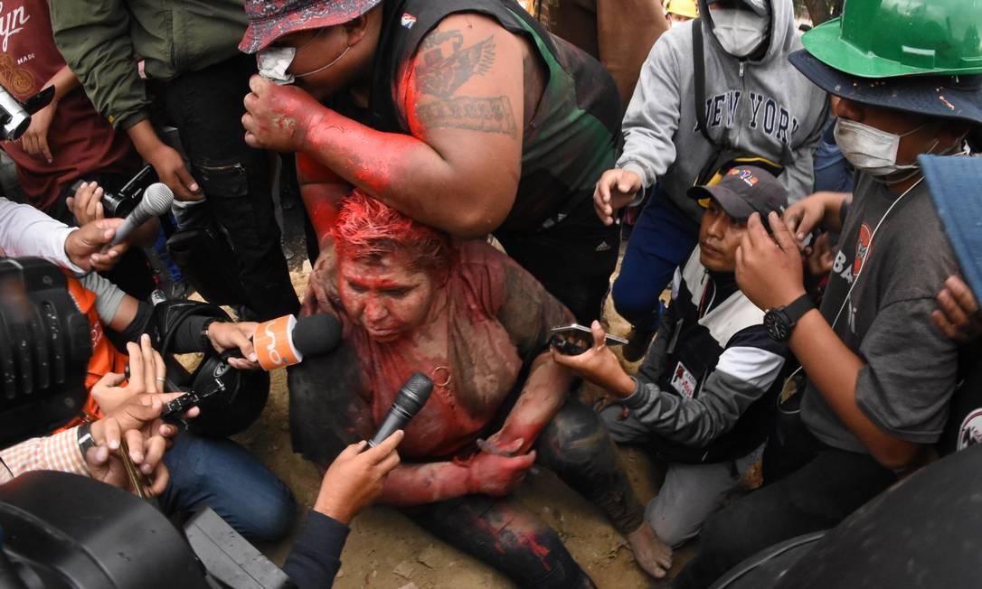 A prefeita Patricia Arce é atacada por multidão Foto: STR / AFP