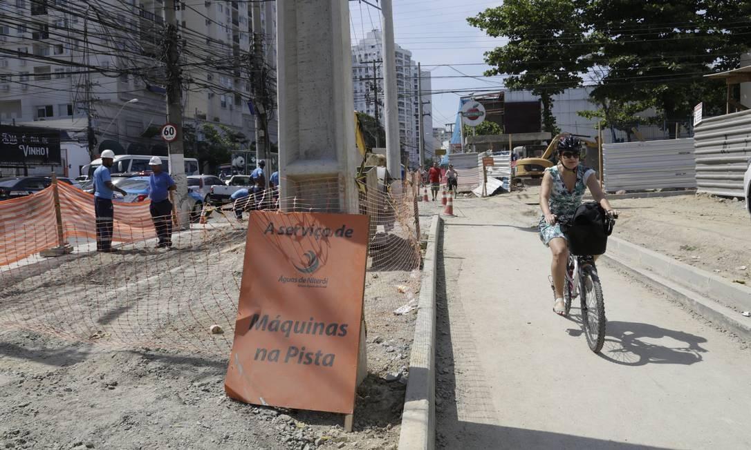 Ciclista pedala no que será o novo traçado entre Centro e Icaraí Foto: Fábio Guimarães / Agência O Globo