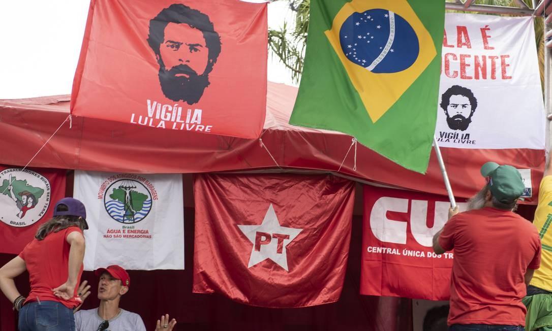 Simpatizantes de Lula aguardam libertação do ex-presidente em frente à sede da Polícia Federal em Curitiba Foto: Marcelo Andrade / Agência O Globo