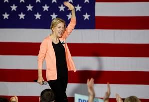 Senadora Elizabeth Warren, um dos principais nomes na campanha democrata à presidência, defende um imposto sobre grandes fortunas para financiar ações sociais nos EUA, além de reduzir a diferença entre os mais ricos e os mais pobres Foto: Jonathan Drake / REUTERS