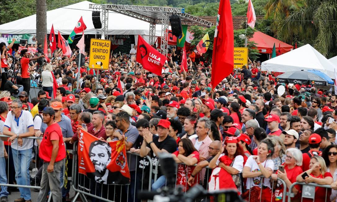 Apoiadores do ex-presidente Lula o esperam do lado de fora da sede da Polícia Federal, onde o líder petista cumpre pena de prisão, em Curitiba Foto: RODOLFO BUHRER / REUTERS