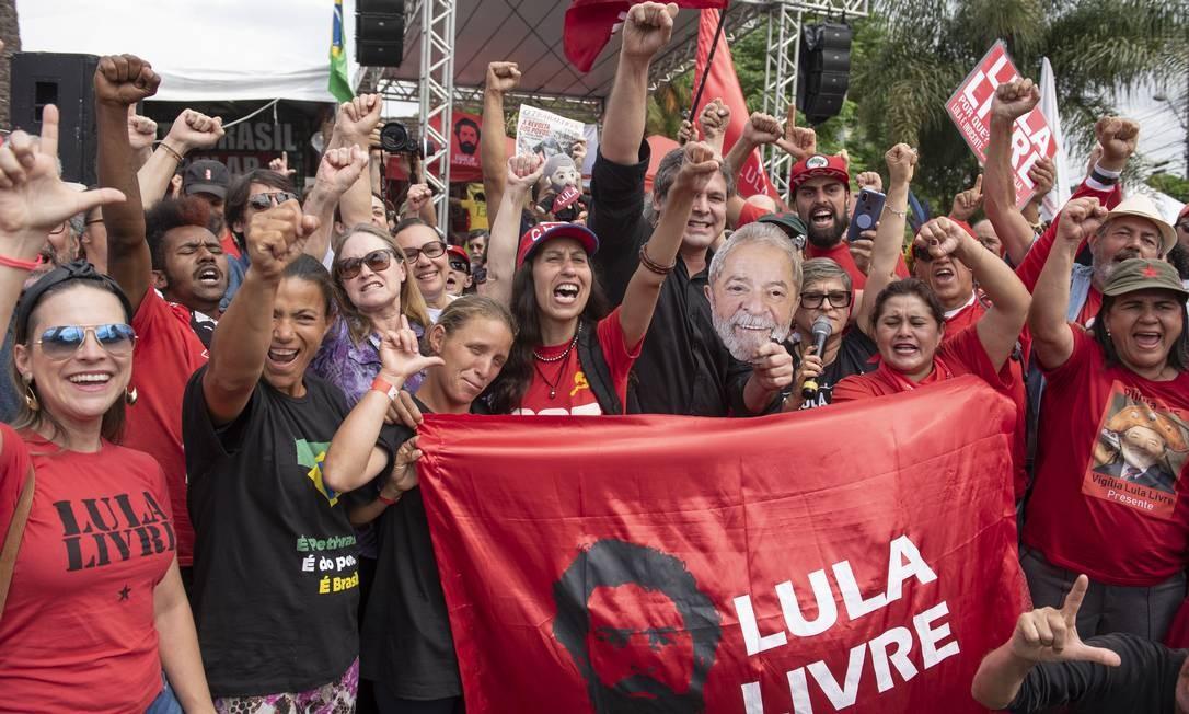 Partidários de Lula aguardam a saída dele da prisão, na frente da sede da Polícia Federal em Curitiba. Alvará de soltura foi expedido na tarde desta sexta-feira (8), mas movimentação de apoiadores do ex-presidente acontece desde cedo Foto: Marcelo Andrade / Agência O Globo