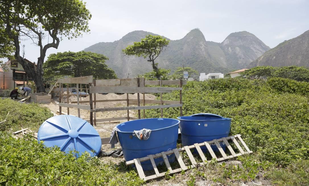 Parte da vegetação da restinga de Itacoatiara foi retirada para a construção, que terá dois pavimentos. Foto: Fábio Guimarães / Agência O Globo