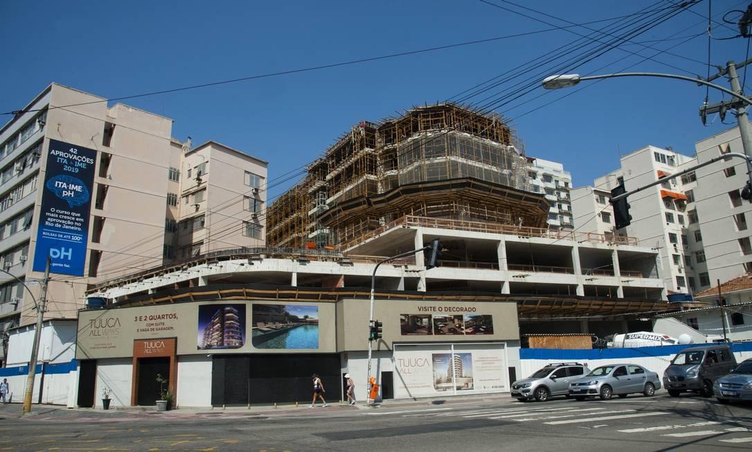 Tijuca recebe novos investimentos, como o prédio em construção na esquina da Rua Uruguai com a Avenida Maracana Foto: Adriana Lorete / Agência O Globo