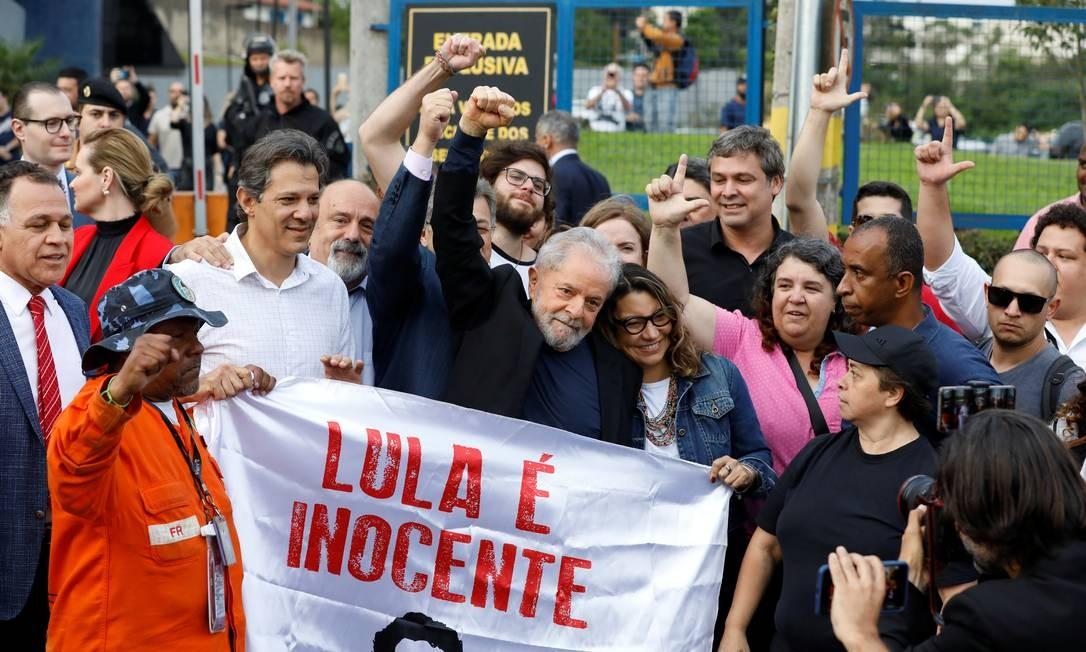 O ex-presidente Lula deixa a prisão em Curitiba e é recebido por apoiadores Foto: RODOLFO BUHRER / REUTERS