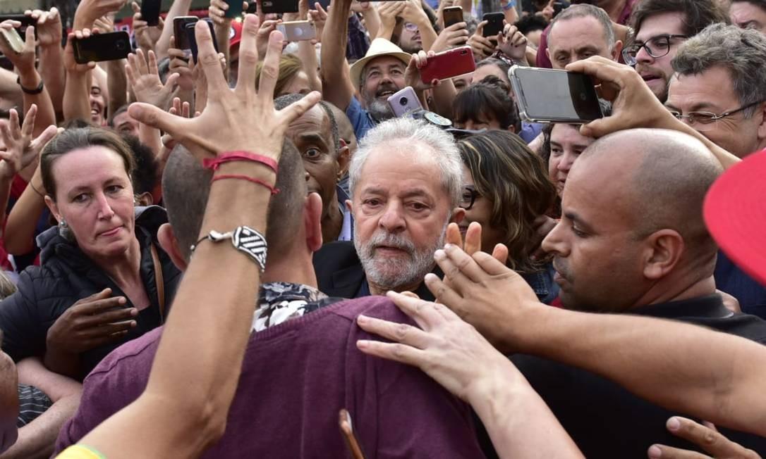 Lula caminha em meio a apoiadores após deixar a cadeia, em Curitiba Foto: Marcelo Andrade / Agência O Globo