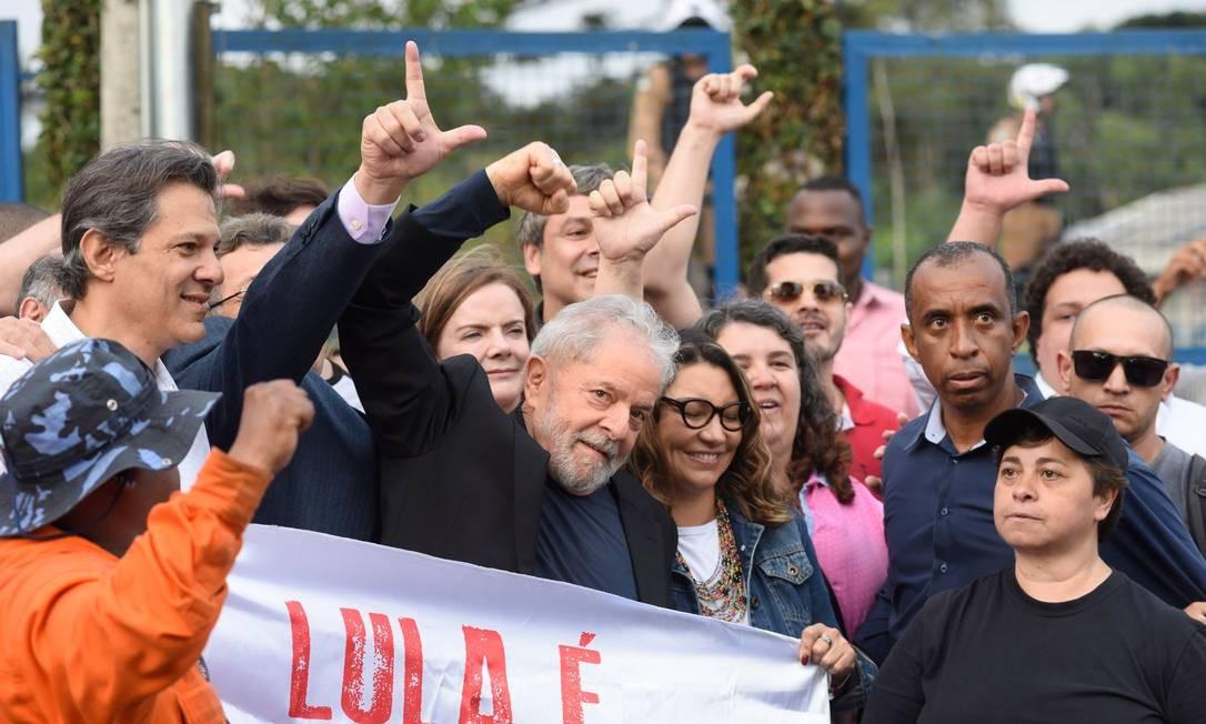 """Ao lado da namorada, Lula faz sinal de """"Lula Livre"""" ao sair da prisão em Curitiba Foto: HENRY MILLEO / AFP"""