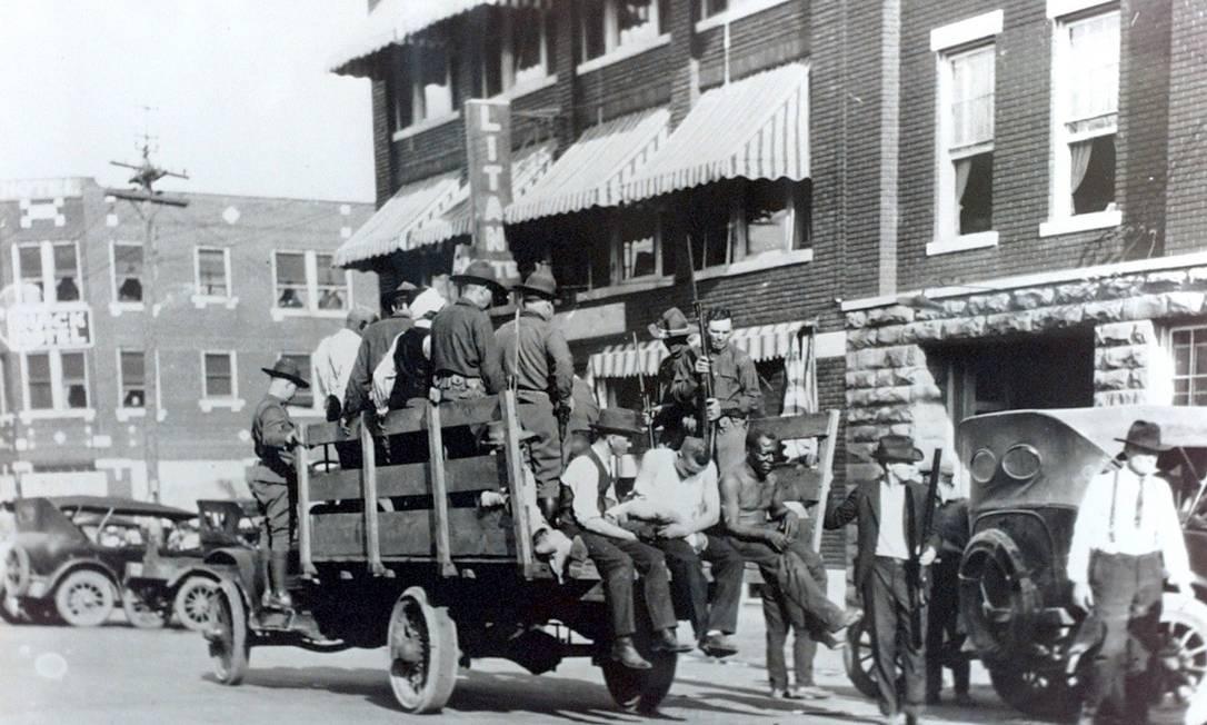 Guarda Nacional recolhe feridos durante o Massacre de Tulsa: cerca de 300 negros foram mortos, mas versão oficial registra apenas 39 Foto: Wikimedia Commons