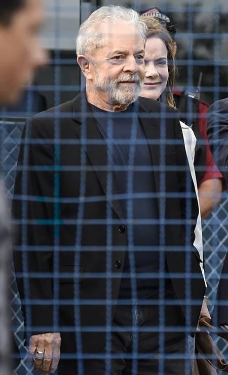 O ex-presidente Lula a sede da Polícia Federal em Curitiba após ficar 580 dias preso, acusado de corrupção Foto: HENRY MILLEO / AFP