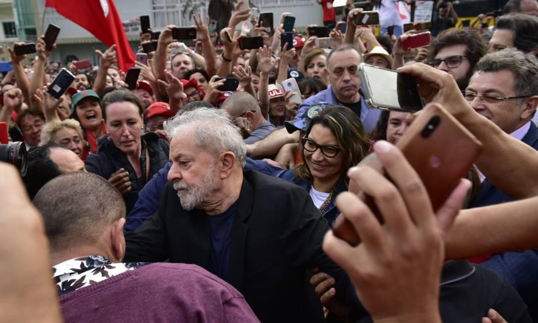 Lula deixa a cadeia e caminha para discursar para apoiadores Foto: Marcelo Andrade / Agência O Globo