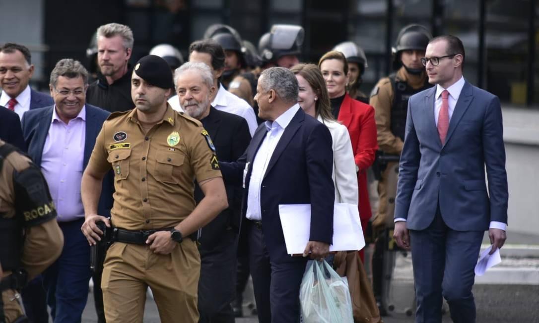 O ex-presidente Lula deixa a sede da Polícia Federal em Curitiba após ficar 580 dias preso, acusado de corrupção Foto: Marcelo Andrade / Agência O Globo