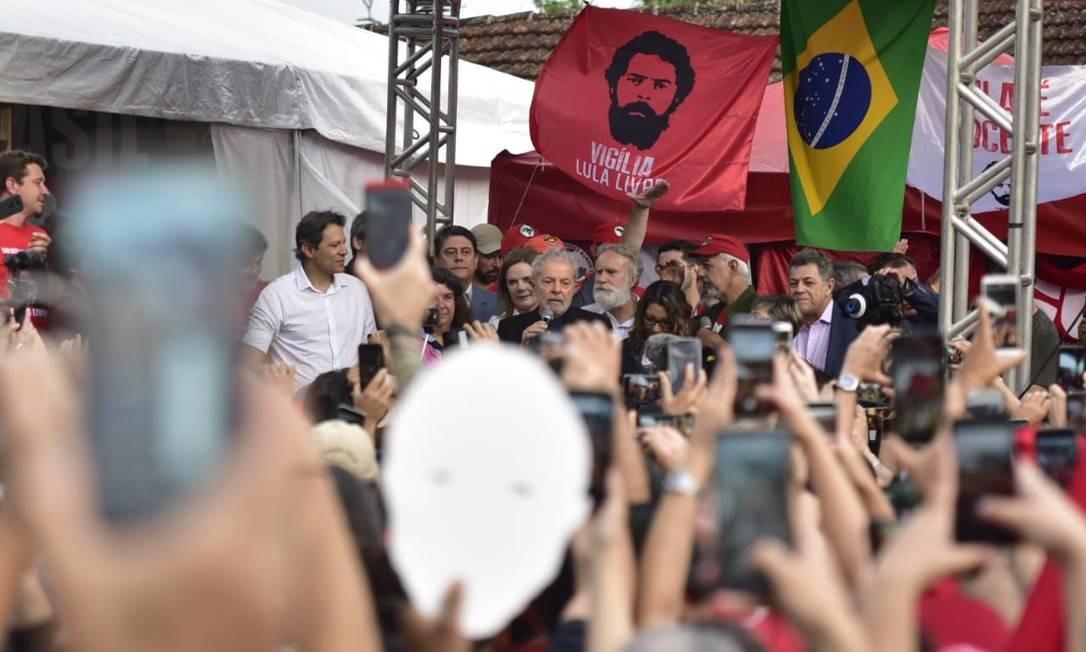 Lula discursa para seus apoiadores após deixar a prisão Foto: Marcelo Andrade / Agência O Globo