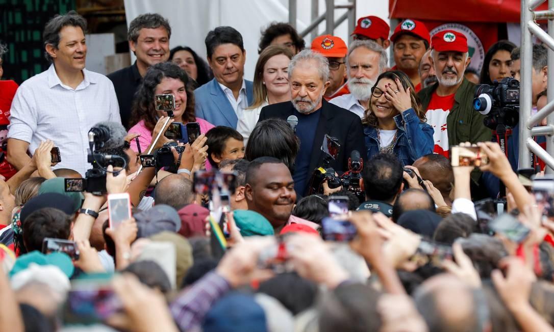 Ex-presidente Luiz Inácio Lula da Silva durante discurso após saída da Superintendência da PF em Curitiba Foto: RODOLFO BUHRER / REUTERS