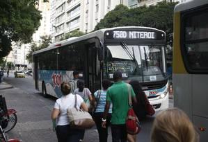 A volta para casa de ônibus do Rio para Niterói na linha 750D Foto: Eduardo Naddar / Agência O Globo