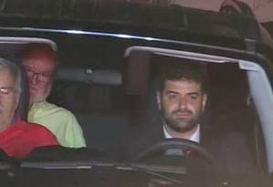 O ex-governador de Minas Eduardo Azeredo (no banco de trás) saiu da prisão Foto: Reprodução TV Globo